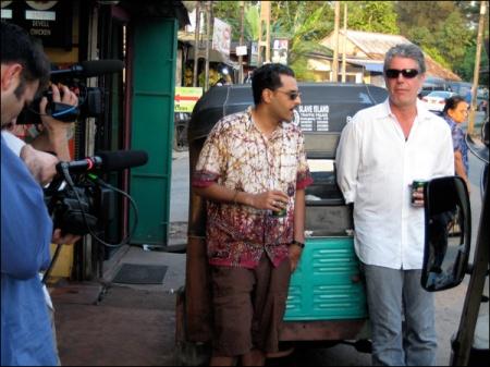 Skiz & Tony enjoy some Malay specialties in front of Nimal's trishaw