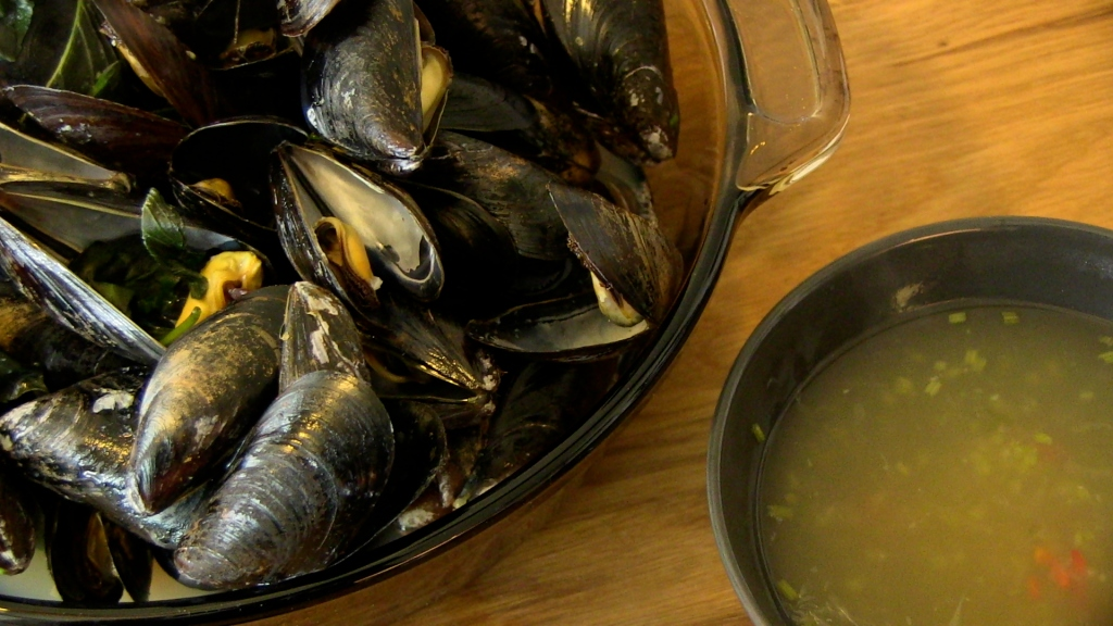 how to clean mussels poop